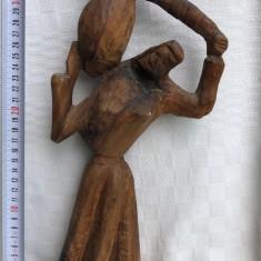 Impresionanta sculptura in lemn de maslin, femeie tinand deasupra un vas