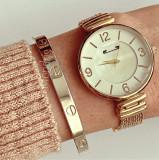 Ceas dama auriu minimalist cu bratara metalica si cadran alb cu cifre