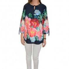 Bluza eleganta, maneca trei-sferturi, design floral pe fundal bleumarin