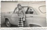C356 Femeie tanara langa masina poza veche