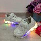 Adidasi albi cu lumini LED beculete pantofi sport scai pt fete 22 23