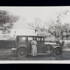 DOAMNA POZAND LANGA UN AUTOMOBIL DE EPOCA , IN GRADINA UNEI CASE , FOTOGRAFIE MONOCROMA, PE HARTIE LUCIOASA , FORMAT MIC , DATATA 1929