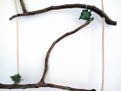 Spalier pentru flori agatatoare tip scara din crengi naturale si snur crosetat foto