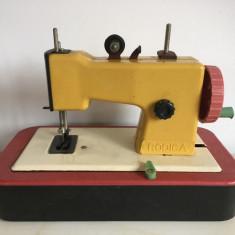Masina de cusut Rodica jucarie romaneasca veche, comunism, galben cu rosu