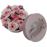 Aranjament floral 7 trandafiri cutie rotunda, flori de sapun, alb roz, 11x9x6 cm