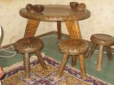 piesa exceptionala, masuta sculptata cu trei scaune