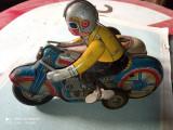 Jucarie veche tabla Motocicleta cu atas - perioada comunista