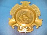 6277-Scrumiera bronz veche Taur in picioare, stare buna, diam. 14 cm.