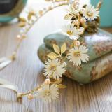 Accesoriu de păr auriu cu flori albe