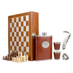 Set format din 5 piese: Caseta din lemn cu 2 pahare, sticla whiskey, tirbuson...
