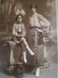 Foto 1923 Câmpina, atelier Olteanu, Foto-Ideal, mamă & fiică în costume populare
