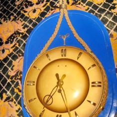 254A-Ceas de perete mecanic clasic vechi rotund in metal in stil Art- Deco.
