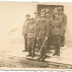 Fotografie ofiteri romani cu casti Adrian si sabii anii 1930