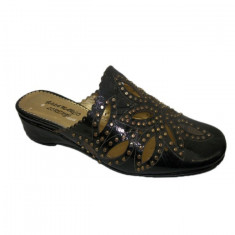 Papuc confortabil cu design de capse aurii pe fond negru lucios