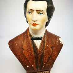 Statueta ipsos Mihai Eminescu.