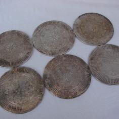 Set de sase suporturi argintate pentru pahare ce prezinta gravuri victoriene