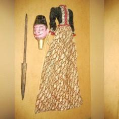 Papusa mare veche de teatru si pantomima orient in costum traditional din lemn.