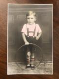 Fotografie veche reprezentand un baietel cu cercul, perioada interbelica