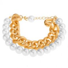 Brățară din mărgele alb perlate și un lanț auriu masiv