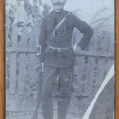 Foto pe carton ; Jandarm austriac , tinuta rara , sfarsit de secol 20