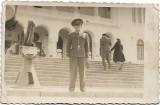 Fotografie ofiter roman si tun la vechiul muzeu militar Bucuresti