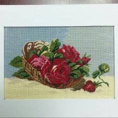 Cos cu trandafiri rosii.