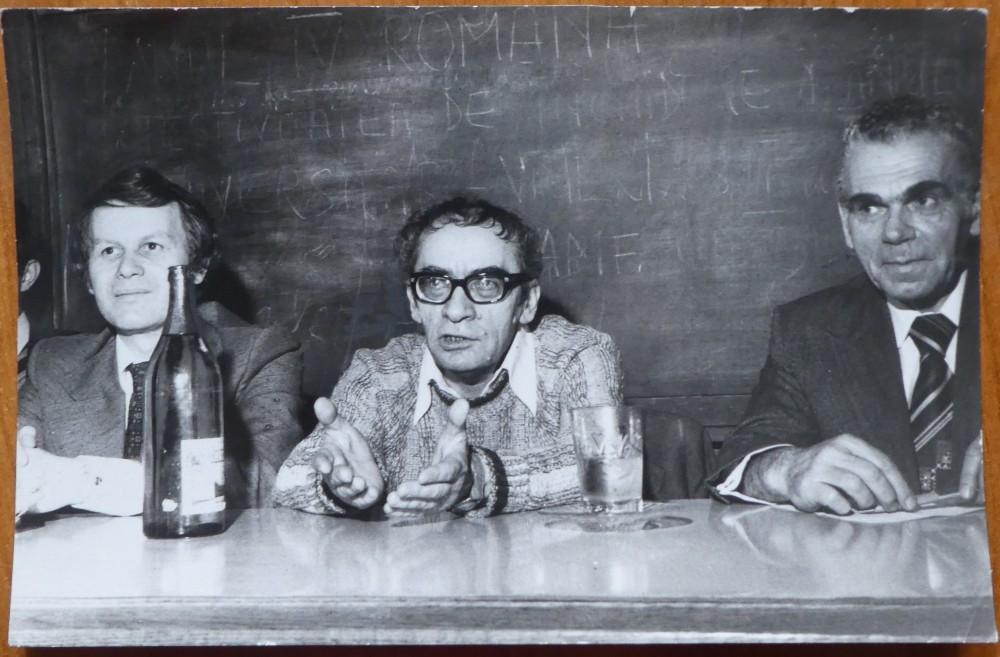 Fotografie publicata in Viata Studenteasca , 1980 , Marin Preda , Eugen Simion | Okazii.ro