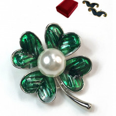 Brosa Trei foi cu patru foi argintiu cu verde Vopsita manual si perla