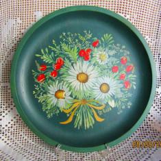 Farfurie din lemn pictata manual.Natura statica, buchet de flori. D 32cm.