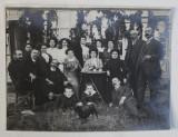 FOTOGRAFIE DE GRUP LA BANEASA , MONOCROMA, PE HARTIE CRETATA , DATATA PE VERSO 1910