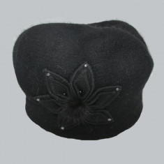 Caciula Swella cu floare aplicata,neagra