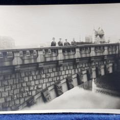 GRUP DE BARBATI PE POD , FOTOGRAFIE PE HARTIE FOTOGRAFICA ,MONOCROMA , DATATA 1928