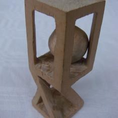 Ingenioasa sculptura in lemn cu o bila sculptata in interior