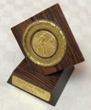 Impresionant trofeu acordat in 1968 pentru tenis de masa din lemn de mahon