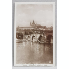 PRAGA , CARTIERUL SI CETATEA HRADCANY SI PODUL CAROL , CU RAUL VLTAVA , CARTE POSTALA ILUSTRATA , MONOCROMA, NECIRCULATA , DATATA 1924