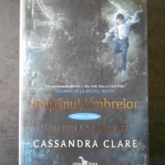 CASSANDRA CLARE - STAPANUL UMBRELOR * UNELTIRI INTUNECATE