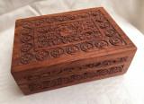 Cumpara ieftin Impresionanta cutie din lemn decorata in basorelief cu motive florale