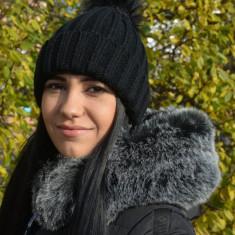 Caciula chic de toamna-iarna, neagra, cu model simplu si pompon
