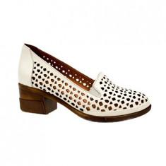 Pantof simplu, clasic cu perforatii si toc stabil, de culoare bej