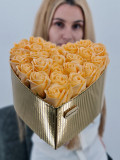 Cumpara ieftin Set cadou - Trandafiri sapun - Inima flori Crem si Auriu