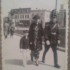 Ofiter perioada Ferdinand, la plimbare cu familia// stradala