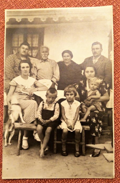 Fotografie de grup. In familie - Fotografie datata 1934