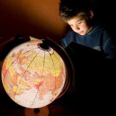 Glob geografic iluminat 32 cm, harta politica, fus orar, suport lemn