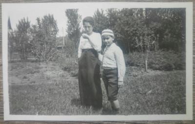 Frati in ograda/ foto Romania interbelica foto
