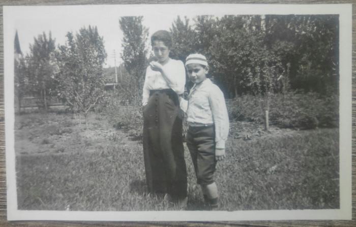 Frati in ograda/ foto Romania interbelica