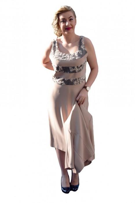 Costum rafinat , de culoare nud, cu trei benzi de bandela