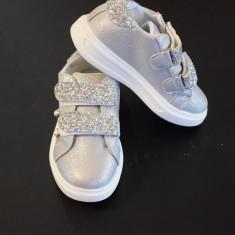 Adidasi NOI pentru fetite argintii cu margele si sclipici