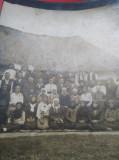 Fotografie veche grup de oameni tinand Biblia in mana