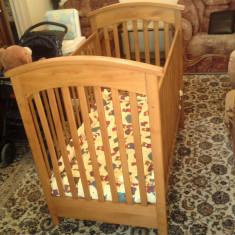 Patut din lemn masiv pentru bebe.