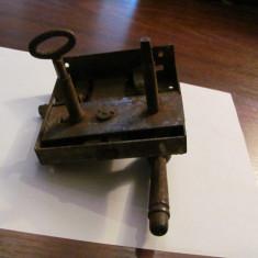 Cumpara ieftin GE - Broasca veche, din metal, cu cheie, functionala (1)